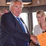 Huib Colijn van ColijnMuller en Grafiplaza meldt zich aan als lid van de ambassadeursclub bij bestuurslid Joyce Beumer (Papyrus).
