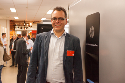 Joris Bosch naast de HP 10000 Digitial Press.