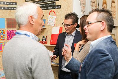 Ruud Bosch (foto midden) in gesprek met bezoekers. Op de voorgrond rechts zijn broer Joris.