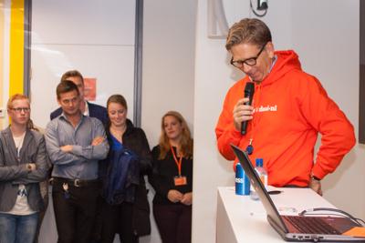 Drukwerkdeal-directeur Kees Arends, spreekt de medewerkers toe.