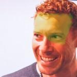 Adobe medewerker Bryan O'Neil Hughes retoucheert zijn eigen gezicht op een iPad Pro voor het publiek van Adobe Max.