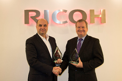 Benoit Chatelard, Vice President Production Printing bij Ricoh Europe ontvangt een award van David Sweetnam, hoofd van EMEA Research and Lab Services bij BLI.