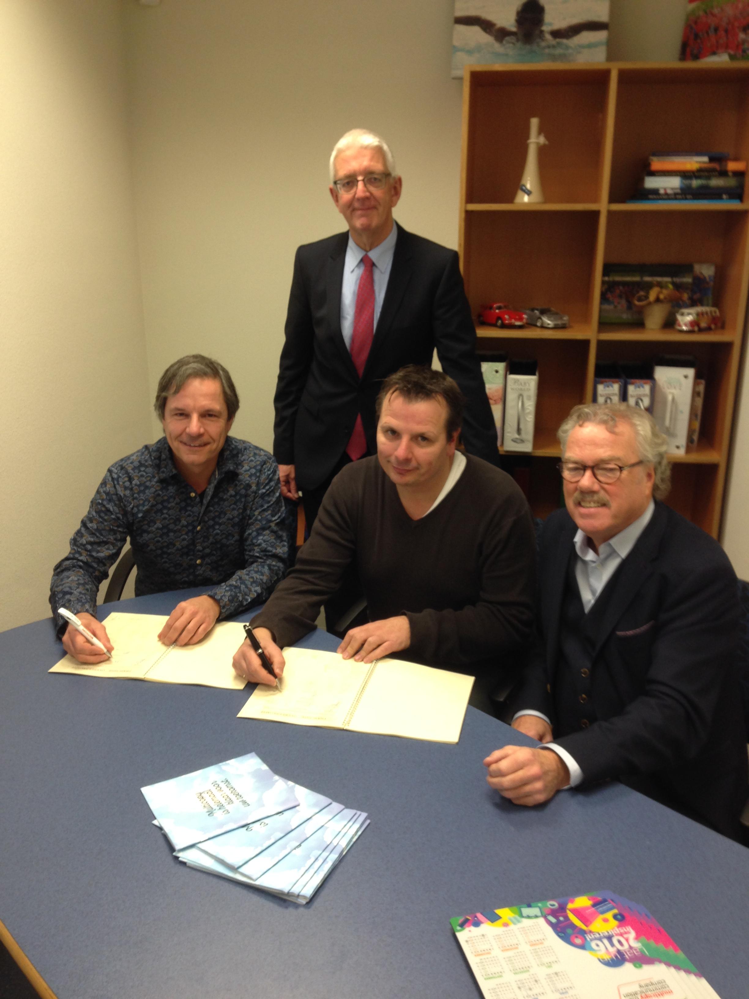 Erwin en Harry Lammerdink plaatsen handtekening voor Multicopy Lochem