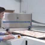 Industriële inkjet toepassing voor printen van behang